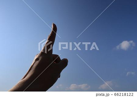 青空を背景としたシルエットの写真 66218122