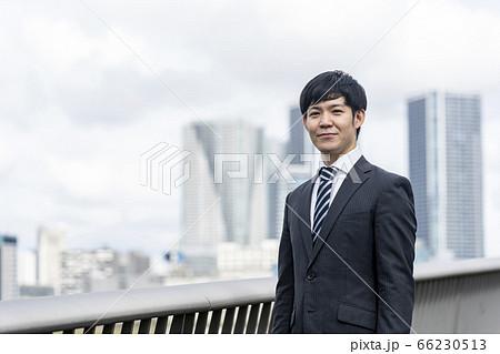 スーツ姿のビジネスマン _高層ビル背景 66230513