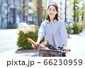 女性 ライフスタイル 自転車 買い物 フランスパン 66230959