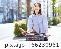 女性 ライフスタイル 自転車 買い物 フランスパン 66230961