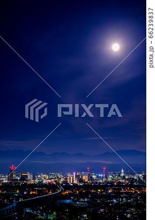 満月の夜の富山市夜景と北陸新幹線 66239837