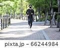 マスクをしながらジョギングする男性 66244984