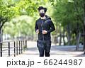マスクをしながらジョギングする男性 66244987