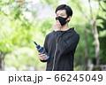 マスクをずらしてドリンクを飲む男性 66245049