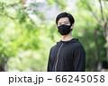 マスクをするスポーツウェアの男性 66245058