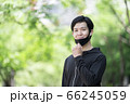 マスクをするスポーツウェアの男性 66245059