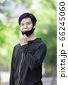 マスクをするスポーツウェアの男性 66245060