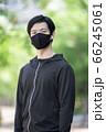 マスクをするスポーツウェアの男性 66245061