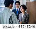 営業で名刺交換するスーツのビジネスウーマン  66245240