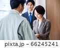 営業で名刺交換するスーツのビジネスウーマン  66245241