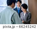 営業で名刺交換するスーツのビジネスウーマン  66245242