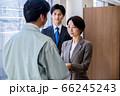 営業で名刺交換するスーツのビジネスウーマン  66245243