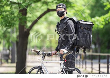 マスクをするフードデリバリー男性 66245566