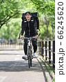 自転車道を走るフードデリバリー 66245620