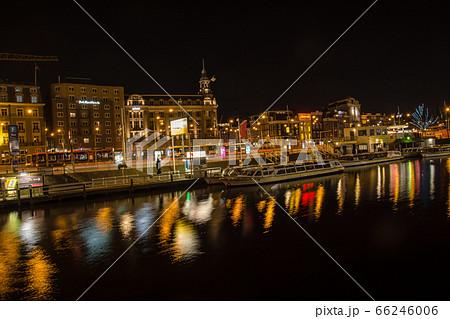 オランダアムステルダムの歴史的な建物と運河のある街並みの夜景 66246006
