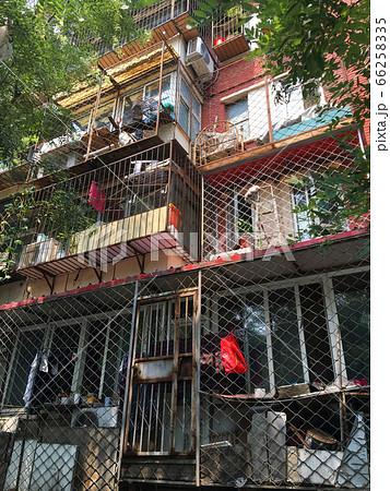 北京の集合住宅・ケージハウスの密集した外観 66258335