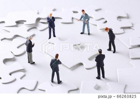 パズルのピースとビジネスマンの人形 66263825