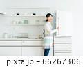 主婦と冷蔵庫 ポートレート[キッチン] 66267306