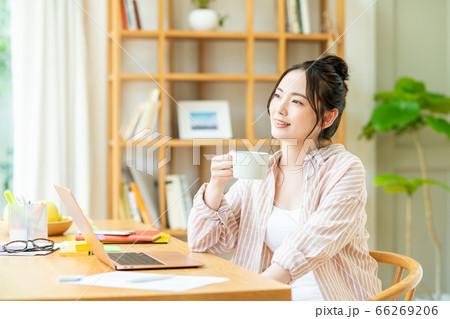 コーヒーを飲むテレワークの若い女性 66269206