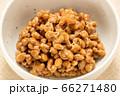 小鉢に入れられた極小粒納豆。(薬味やトッピングなどのない状態。) 66271480