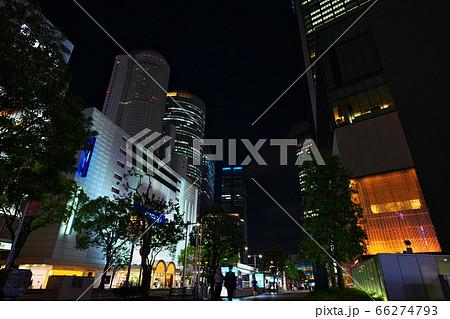 夜の名古屋駅前の超高層ビル群と歩道 66274793