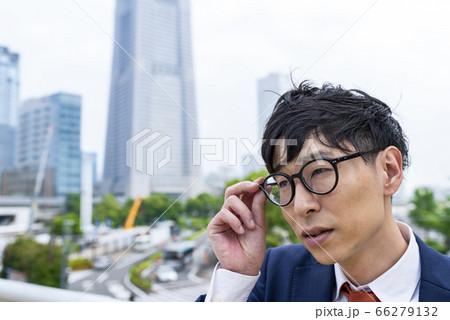 横浜みなとみらい 眼鏡をかけなおすビジネスマン 66279132