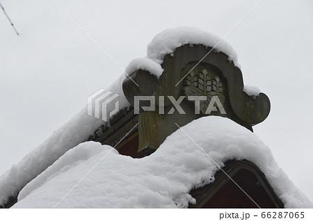 雪をかぶった屋根・五七桐の家紋(龍安寺/京都市右京区龍安寺御陵下町) 66287065