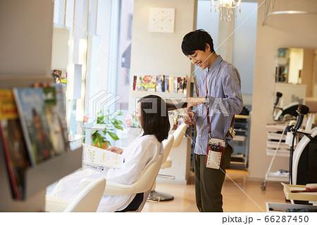 美容室 カットをする若い男性美容師 66287450