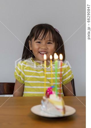 誕生日のお祝いケーキと女の子(幼児) 66290847