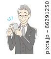 スマホを操作して笑顔の男性 66291250
