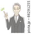 笑顔で指をさす男性 66291255