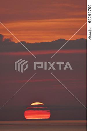 知床の海に沈む変形した太陽(北海道) 66294700