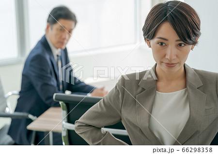 男性上司にうんざりするビジネスウーマン  66298358