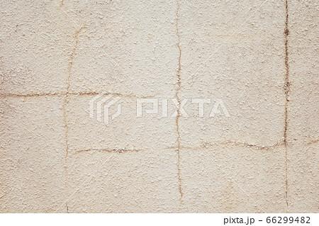 モルタル壁面に縦横のヒビが入った背景 暖色 66299482