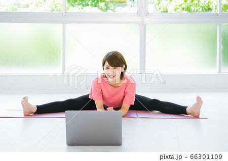 オンラインでストレッチをする若い女性 66301109