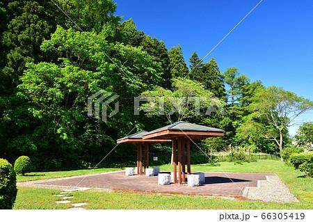 初夏の北海道厚沢部町道の駅の公園で東屋の風景を撮影 66305419