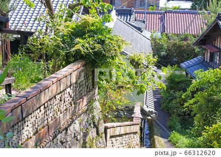 坂の上から見た日本家屋が並ぶ郊外の町 66312620