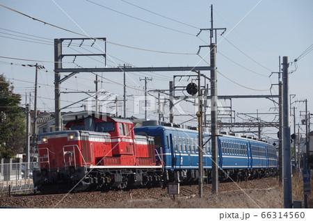 魚住駅付近を走行するDD51形ディーゼル機関車牽引12系客車 66314560