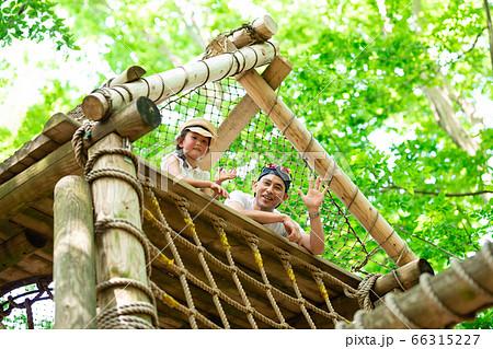 森の中のアスレチックで遊ぶ父と娘 66315227