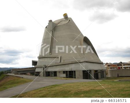 ル・コルビュジエ設計のサン・ピエール教会 66316571