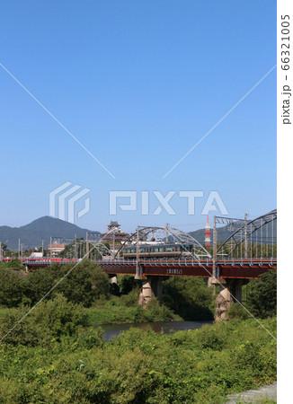福知山城をバックに走る山陰本線の223系電車 66321005