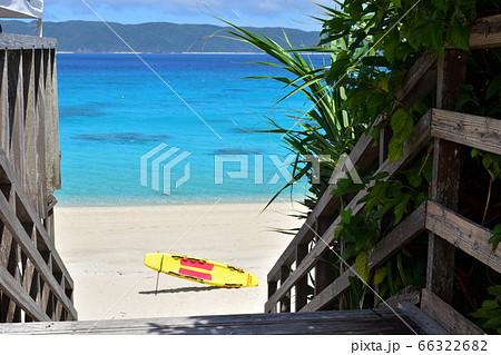 木製テラスから望むエメラルドグリーンの海/古座間味ビーチ 66322682