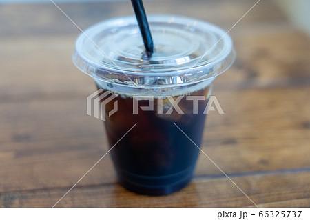 プラスチック容器に入ったアイスコーヒー 66325737
