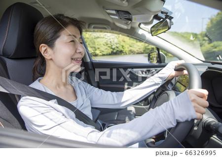 運転をするミドルの女性、新緑のドライブ 66326995