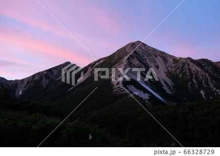 夕暮れ時の鷲羽岳。北アルプスの絶景 66328729
