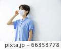 マスクの女性 66353778