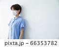 マスクの女性 66353782