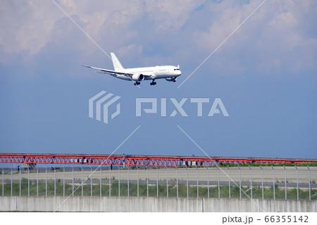 滑走路に着陸しようとしている飛行機 66355142