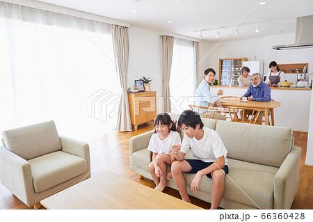 ソファーに座りテレビ鑑賞する3世代ファミリー リビングダイニング 66360428