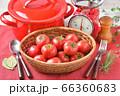 赤いキッチン、お料理、クッキングイメージ、フルーツトマト、鍋、キッチンスケール。 66360683